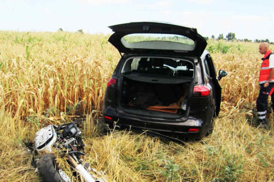Der Biker wurde auf den Seitenstreifen geschleudert, sein Motorrad landete im Feld.
