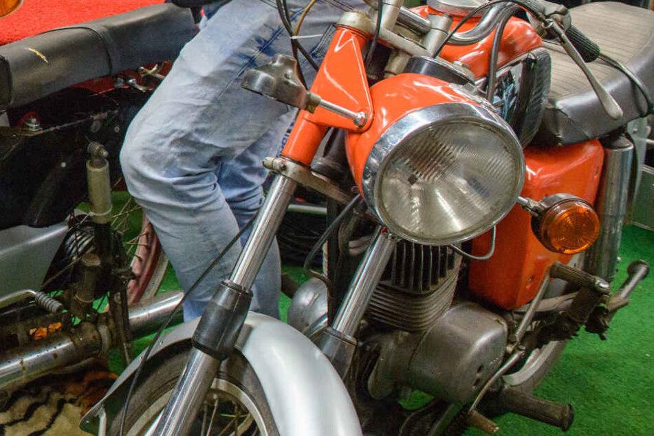 Bei Schweißarbeiten an einem Oldtimer-Moped haben ein Vater und sein Sohn eine Garage in Brand gesetzt. (Symbolbild)