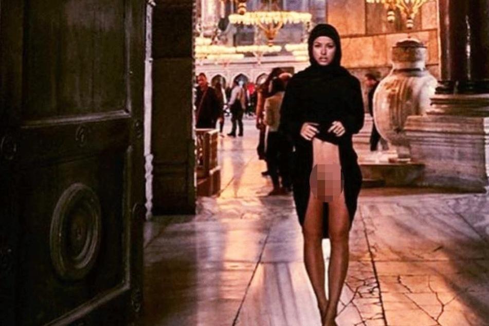 Frau mit Burka zeigt sich in weltberühmter Moschee in der Türkei plötzlich unten ohne