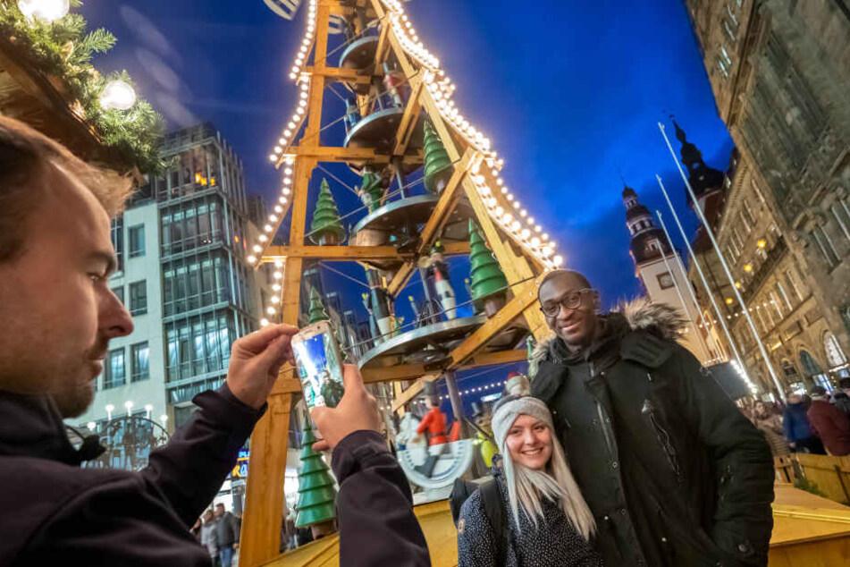 Klar, dass Tarsis Bonga bei seinem Bummel über den Weihnachtsmarkt von CFC-Fans erkannt und so manches Foto geschossen wurde.