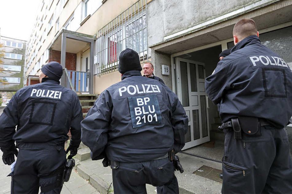 Polizisten sind am 31.10.2017 im Plattenbauviertel Neu Zippendorf in Schwerin im Einsatz.