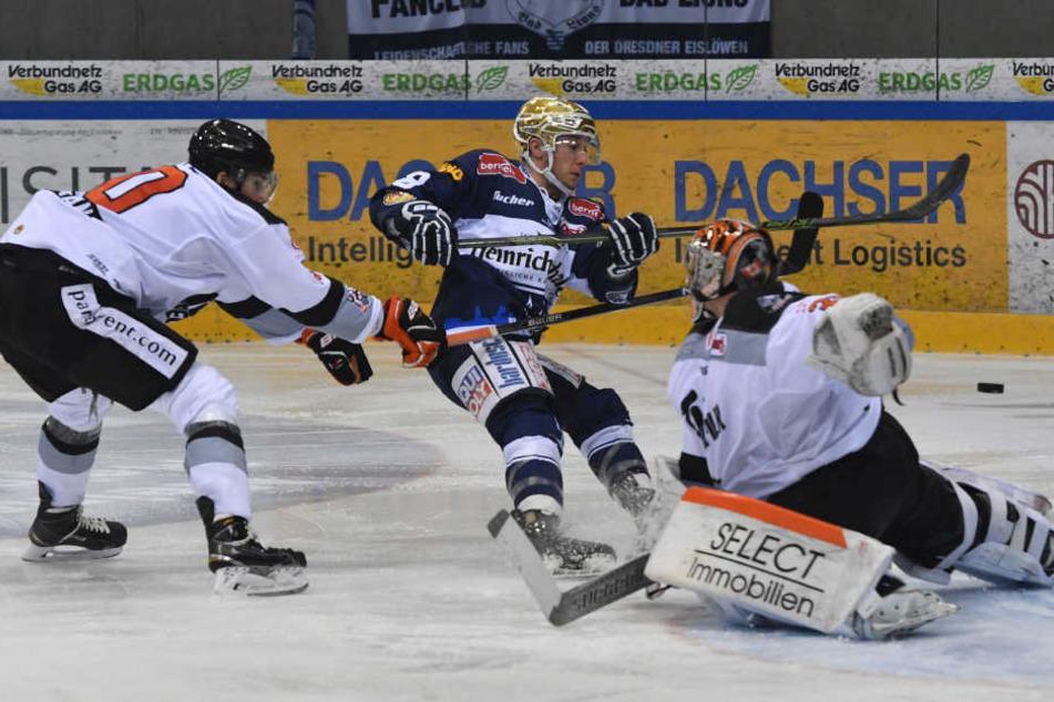 Tor zum 5:3: Brendan Cook (#18, Dresden) trifft gegen Goalie Brett Jaeger (Frankfurt).