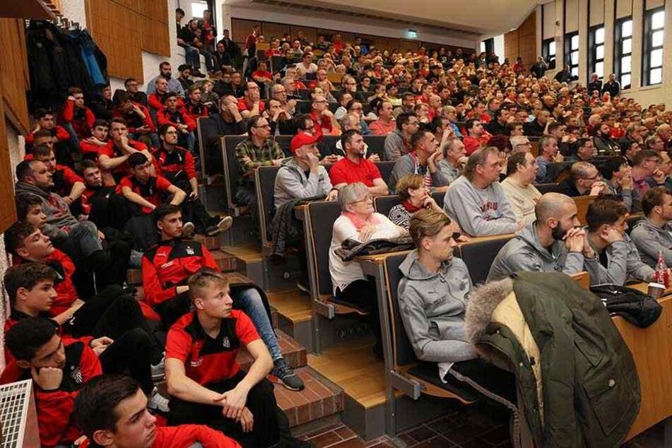Schwer verdauliche Zahlen gab es für die Anhänger des FSV Zwickau. Der Fußball-Drittligist muss 400000 Euro zusätzlich erwirtschaften.