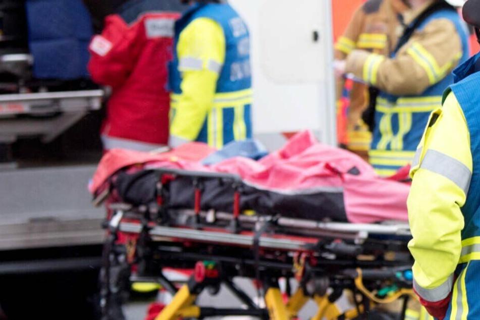Rettungskräfte konnten das Leben des Ford-Fahrers nicht mehr retten. (Symbolbild)