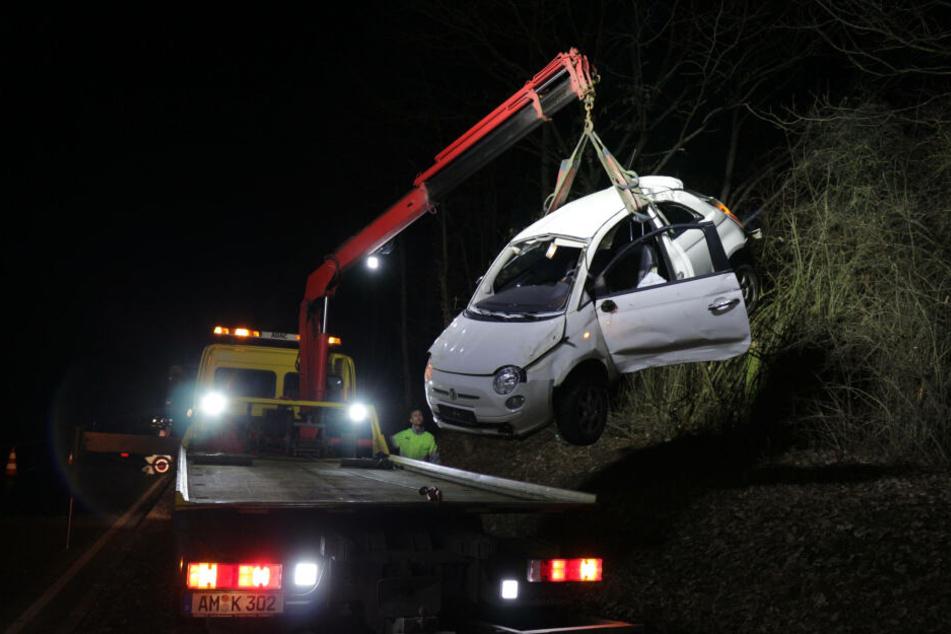 Der Fiat wurde mit einem Kran aus den Bäumen gehoben.