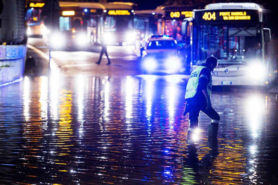 Bei schweren Unwettern im Süden Italiens sind mindestens vier Menschen ums Leben gekommen.
