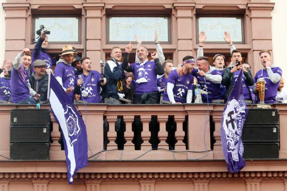 Hier feierte der FCE seinen Aufstieg auf dem Rathausbalkon.