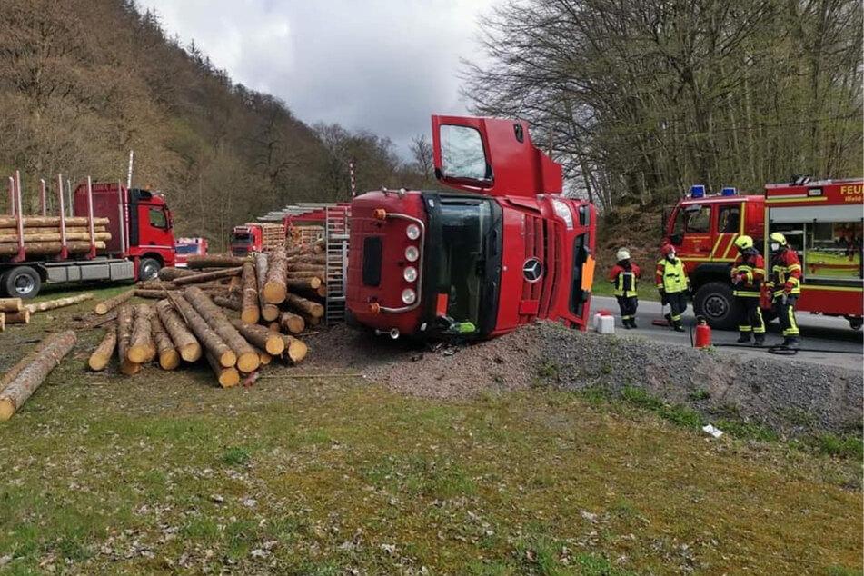 Holzlaster auf B4 umgekippt: Verkehr seit den Morgenstunden eingeschränkt