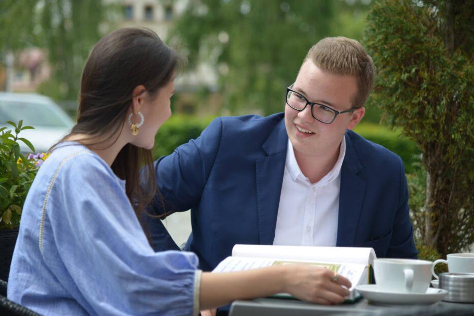 Reporterin Isabel Möller (22) im Gespräch mit Stadtrats-Kandidat Marvin Müller (18, CDU).