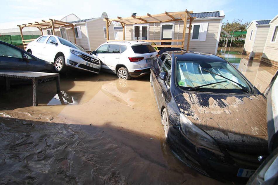 Auf einem überfluteten Campingplatz in Cabo de Gata, Almería, stapeln sich mehrere Autos.