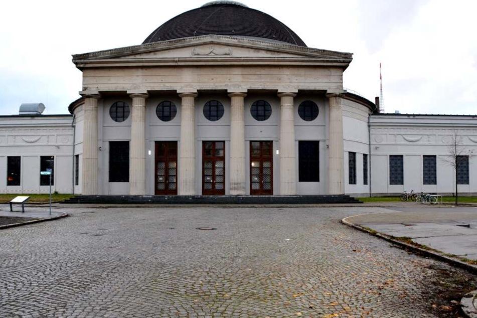 """Die langjährige Heimstätte des Theaters """"Titanick"""": Die Halle 16 auf der Alten Messe in Leipzig."""