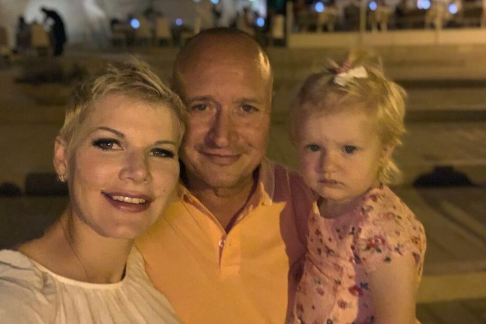 Ein glückliches Trio, das bald zum Quartett wird: Melanie Müller (31), Ehemann Mike Blümer (53) und die fast zweijährige Tochter Mia Rose.