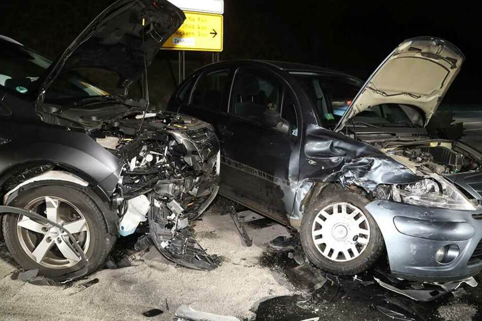 Die Fahrzeuge wurden erheblich beschädigt.