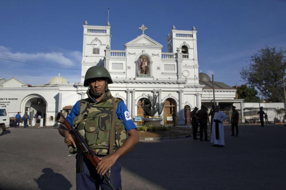 Soldaten und Geistliche stehen vor der St. Anthony's Shrine.