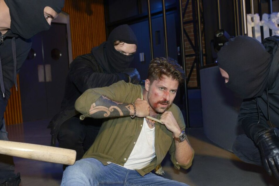 Brutale Schläger überfallen John und Shirin im Mauerwerk.