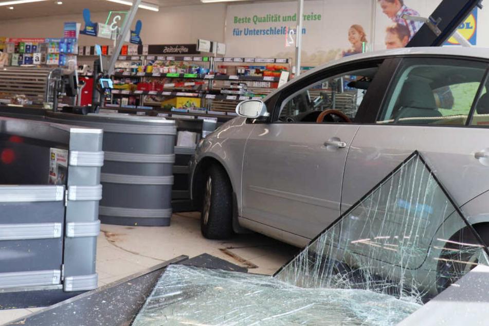 Der VW Golf der Seniorin kam erst nach einem Zusammenstoß mit mehreren Kassen zum Stehen.