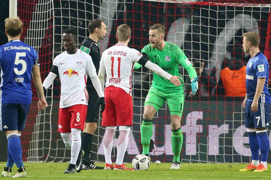 Die Entscheidung des Schiedsrichter ist unumstößlich: Elfmeter für Leipzig trotz Schwalbe.