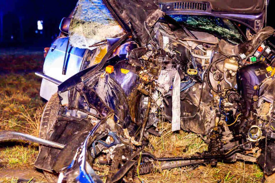 Die Front des Autos wurde bei dem Crash regelrecht zerfetzt.
