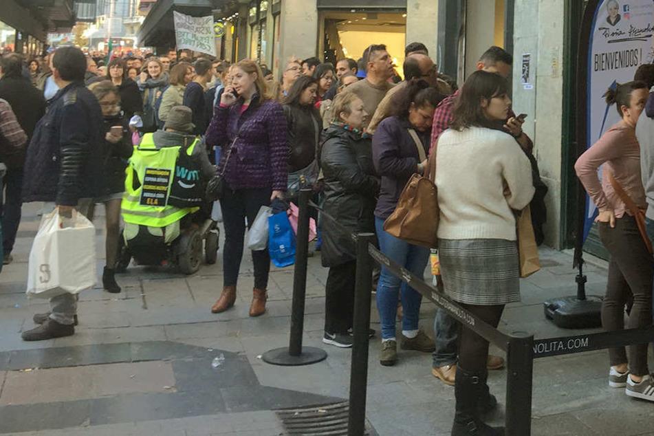 Menschenmassen! Worauf warten diese ganzen Leute?