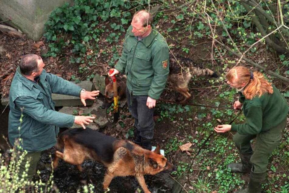 Polizeibeamte suchen mit Spürhunden nach Spuren und Hinweisen zum Mord an dem Schüler Tristan Bürbach (Archivbild von 27.03.1998)