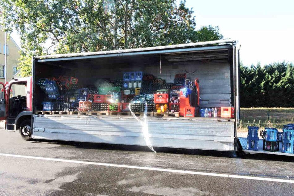 Aus bisher ungeklärter Ursache verlor der Laster seine Ladung mitten auf der Straße.