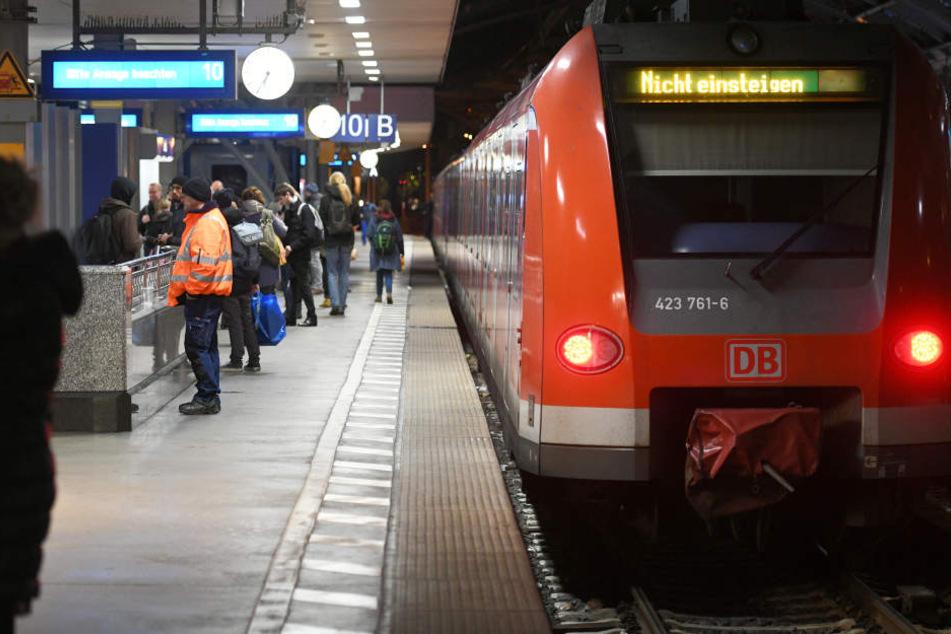 Die Deutsche Bahn hat den Zugverkehr am Montagmorgen in NRW bis 9 Uhr komplett eingestellt.
