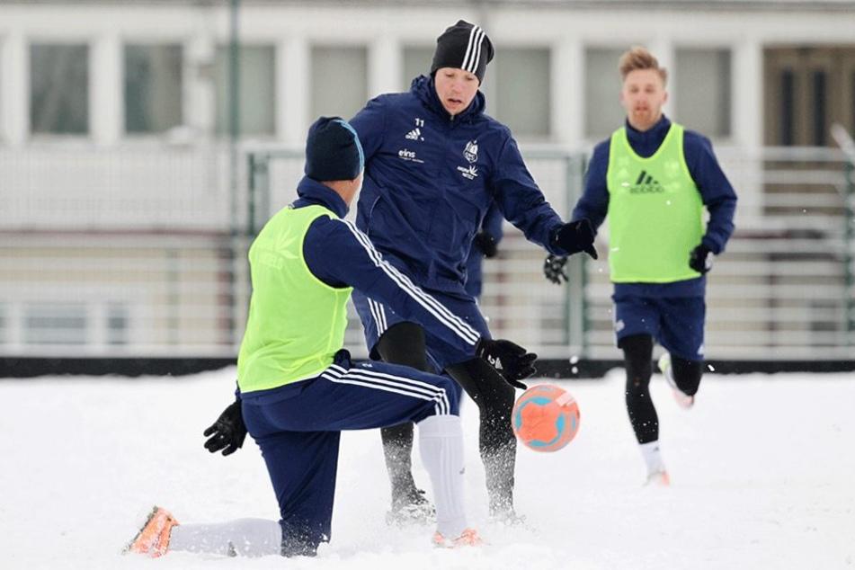 Jamil Raphael Dem (l.) und Daniel Frahn spielen im Schnee.