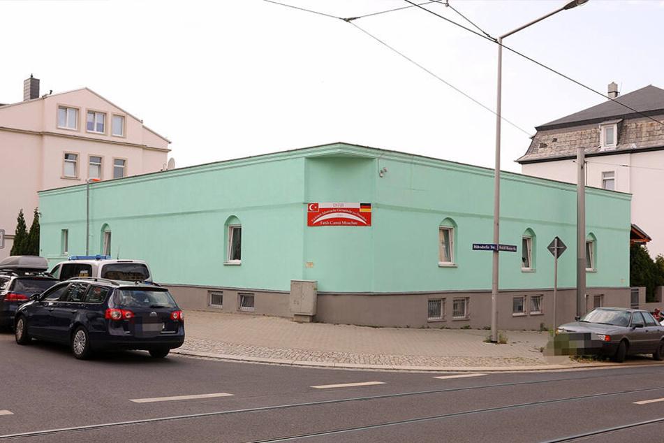 Bei der Moschee in Dresden-Cotta wurden mehrere Scheiben eingeschlagen.