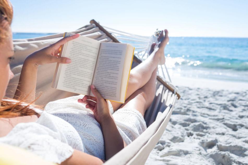 Wer die Brückentage in den Urlaub einbaut, kann länger 2018 am Strand sitzen.
