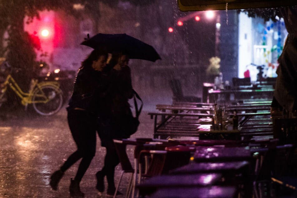 Zwei Frauen laufen durch Platzregen in Hamburg. Darauf solltet Ihr Euch in den kommenden Tagen einstellen. (Archivbild)