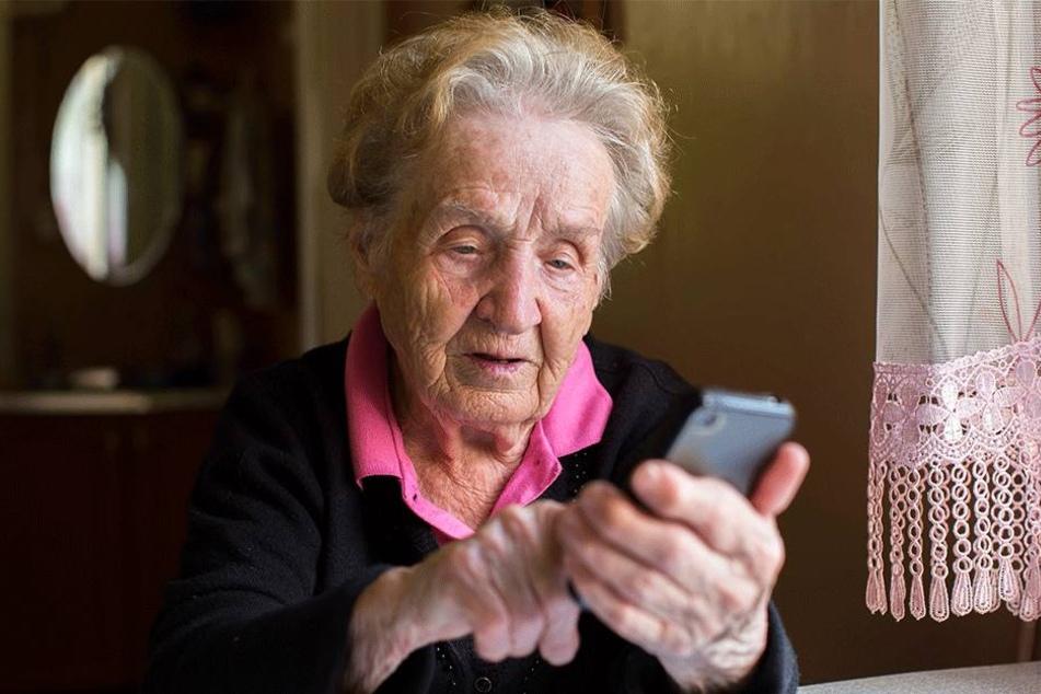Fiese Masche: Betrüger geben sich als Polizisten aus, wollen vor allem Senioren um Bares erleichtern.