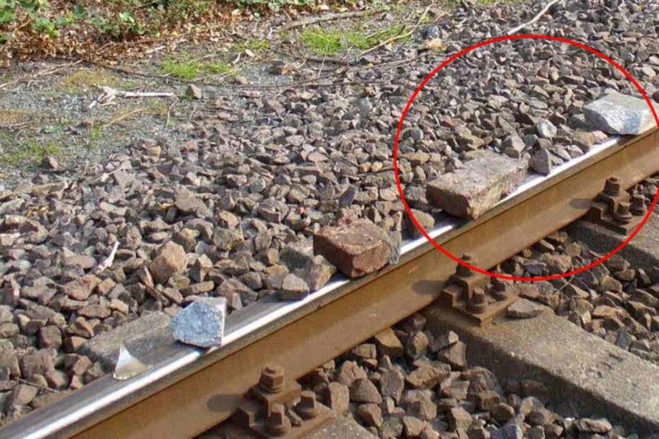 Auf mehreren Metern Steine auf Gleis gelegt: Strecke gesperrt