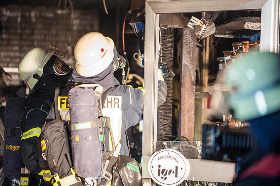 Mit Atemschutzmasken gingen die Feuerwehrleute ins Geschäft.