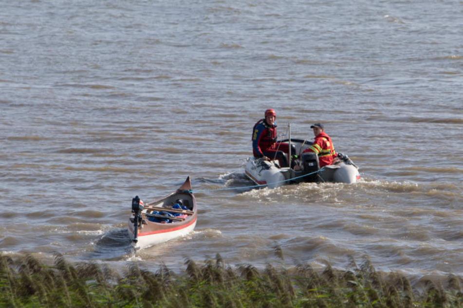 Rettungskräfte bergen das herrenlose Kanu.