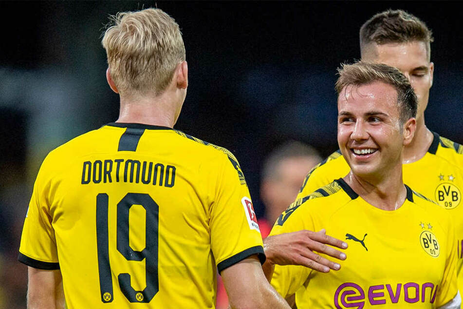 Noch bei annehmbaren Witterungsverhältnissen jubeln der Neu-Dortmunder Julian Brandt (links) und Mario Götze.