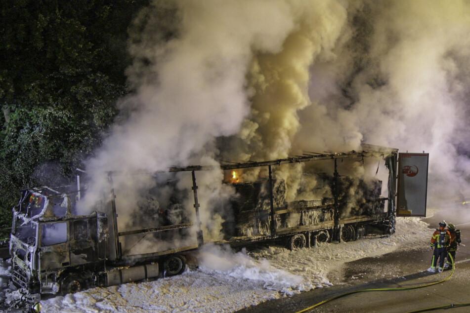 Ein mit Holz beladener Lastwagen ist in Brand geraten.