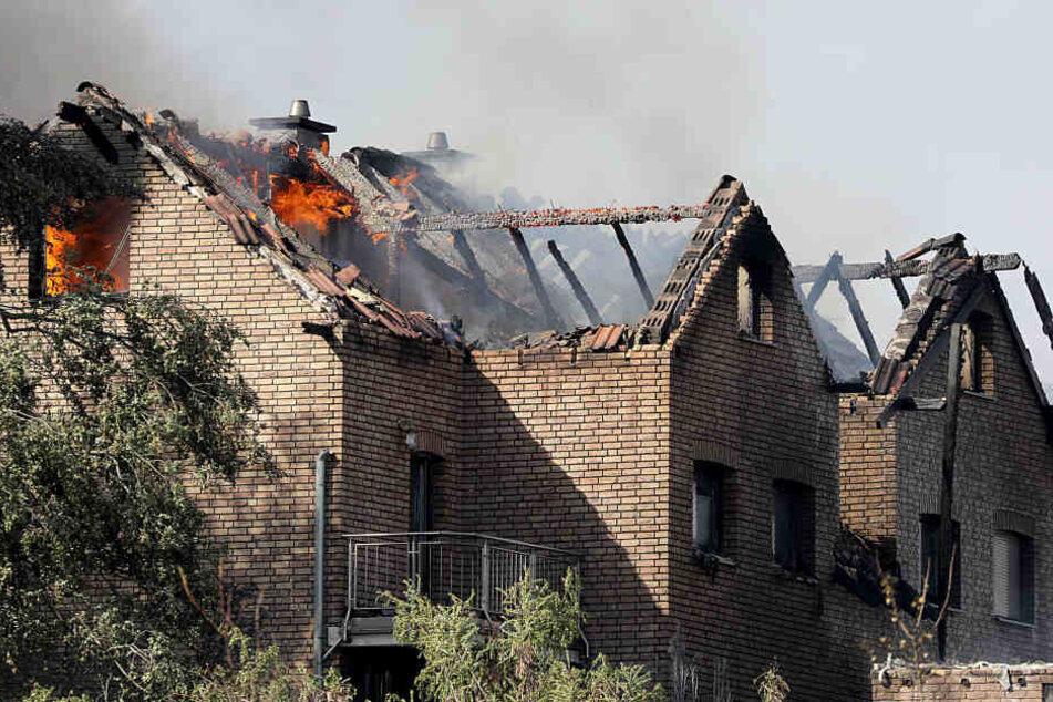 Ein Flächenbrand an der ICE-Strecke griff schnell auf acht Häuser über, 32 Menschen wurden verletzt.