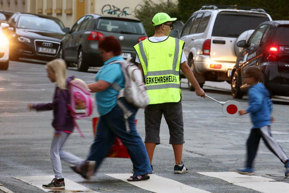 Vor allem in Großstädten sind die Schülerlotsen mit leuchtender Weste, Mütze und Kelle im Einsatz.