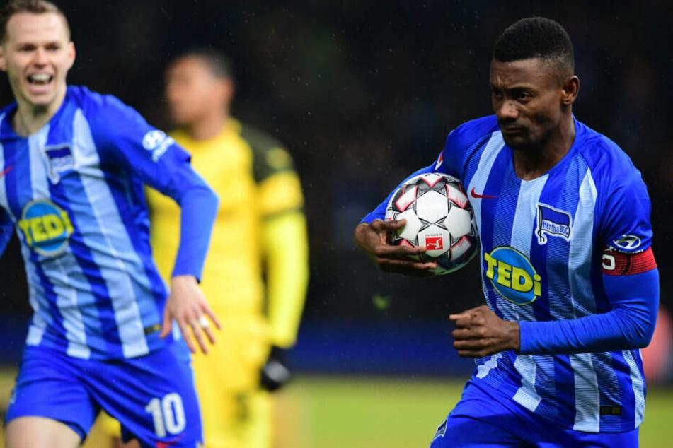 Salomon Kalou bejubelt mit Ondrej seinen Führungstreffer zum 1:0.