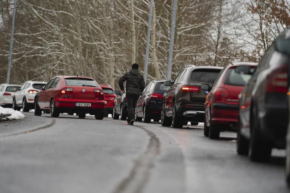 Zahlreiche Fahrzeuge stehen auf dem Parkstreifen einer Corona-Teststation im bayerisch-tschechischen Grenzgebiet in einer Warteschlange.