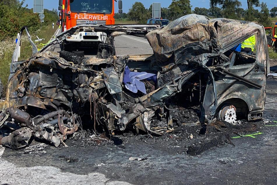 Wer genau am Steuer des vollständig ausgebrannten Autos saß, ist bislang noch nicht bekannt.