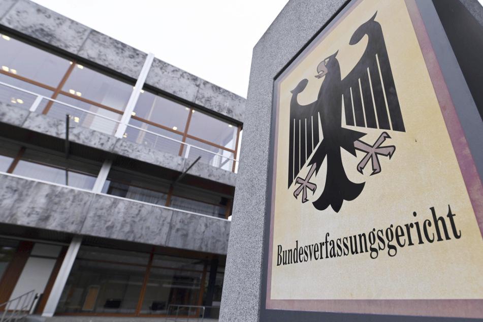 Das Bundesverfassungsgericht in Karlsruhe mit einem Hinweisschild mit Bundesadler und Schriftzug.
