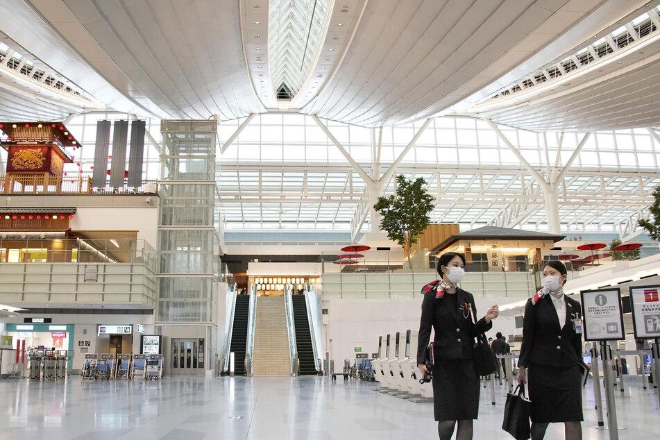 Die vier Passagiere kamen auf dem Flughafen Haneda in Tokio an und begaben sich sofort in Quarantäne. (Archivbild)