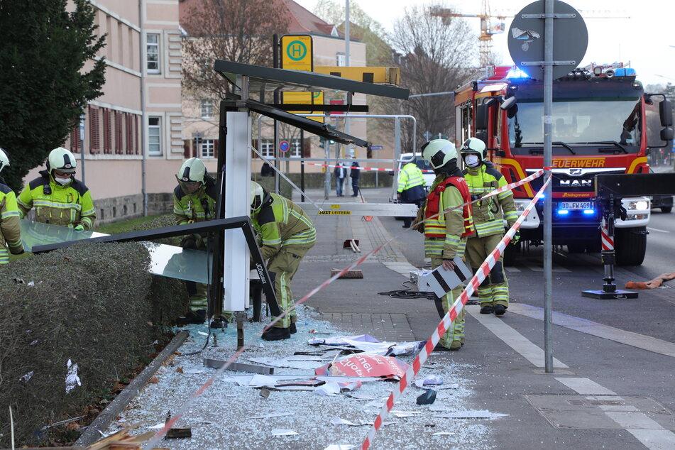 Die völlig zertrümmerte Bushaltestelle nach dem Unfall.