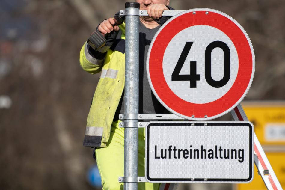 Ein Tempo-40-Schild wird aufgebaut (Symbolfoto).