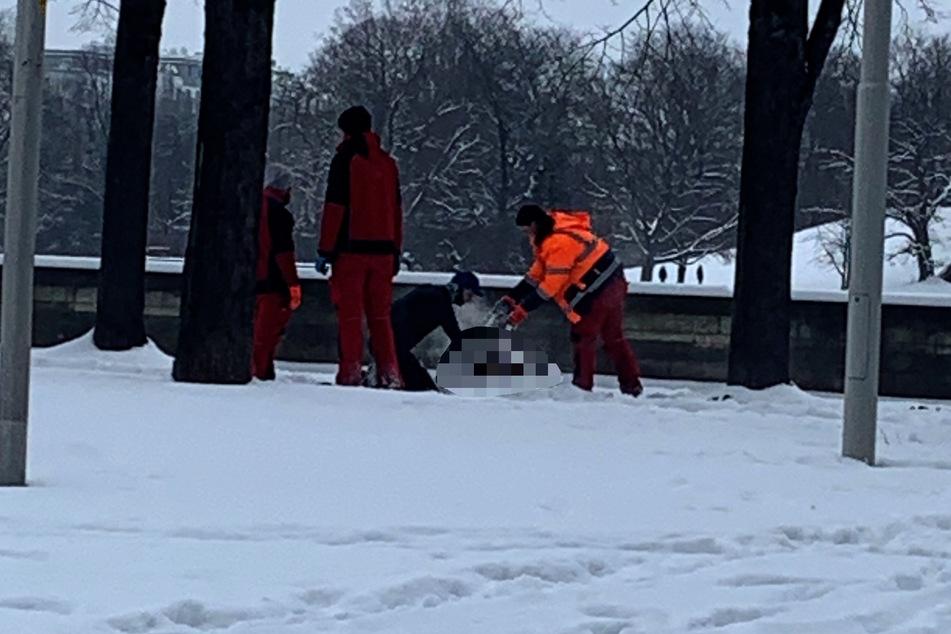 Arbeiter versuchten den Mann mit Schnee zu löschen.