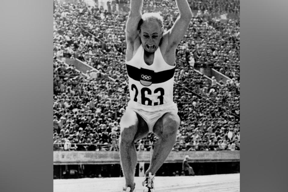 Der Zehnkämpfer Willi Holdorf beim Weitsprung bei den Olympischen Spielen von Tokio 1964. (Archivbild)