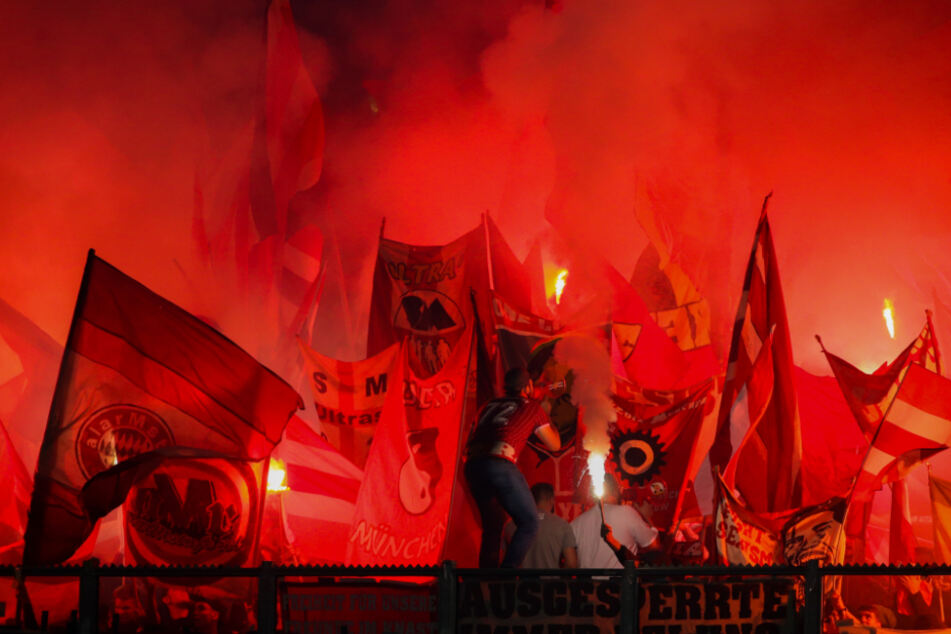 Bayerns Fans brennen Pyro ab.