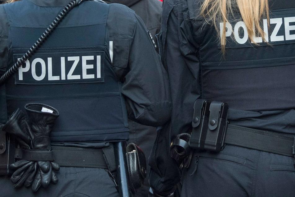 Nachdem Hetzbotschaften in einer Chatgruppe verteilt wurden, müssen sich nun Polizisten vor Gericht verantworten. (Symbolbild)