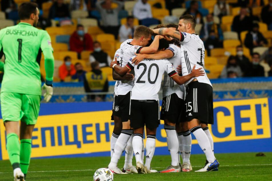 Deutschlands Spieler jubeln über den 1:0-Führungstreffer.